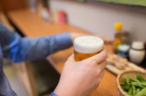 カウンターでビールを飲む男性